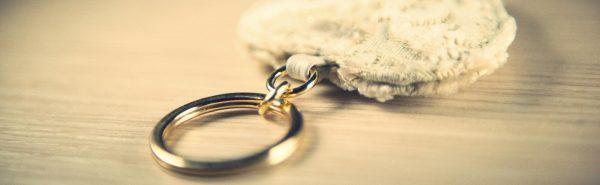 Portachiavi in velluto a cuore avorio e oro.-14