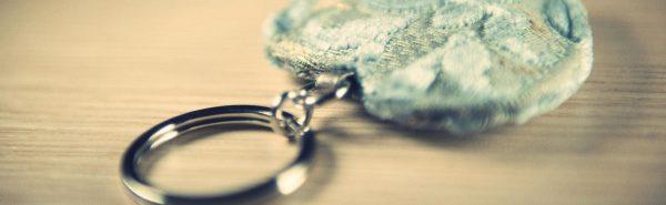 Portachiavi in velluto a cuore azzurro, oro e metallo.-16